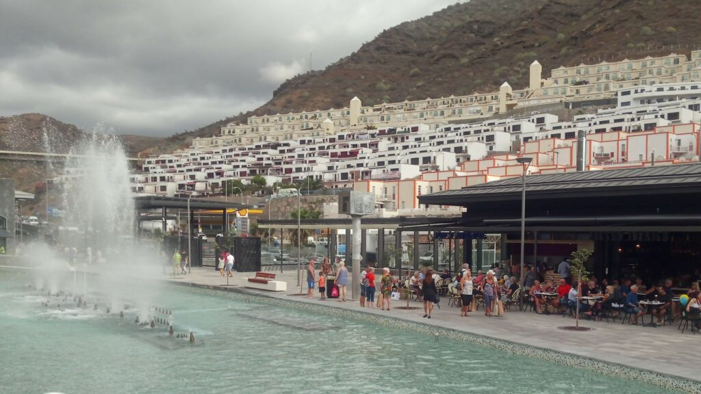 I Mogán Mall, with the large fountain in the central plaza.